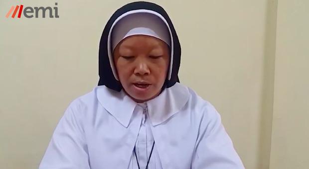 La suora eroica che ha fermato la polizia in Myanmar: «se volete uccidere la gente, prima uccidete me»