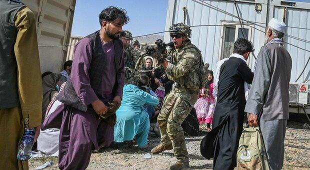 Afghanistan, Kabul in mano ai talebani. Ambasciatore Onu: ci cercano casa per casa. Biden parlerà stasera alla nazione. Sospesi tutti i voli