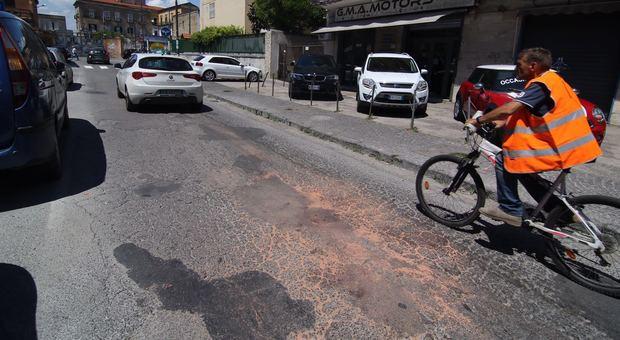 San Giorgio a Cremano, tenta di accoltellare il dirigente del commissariato: poliziotto gli spara e lo ferma Foto