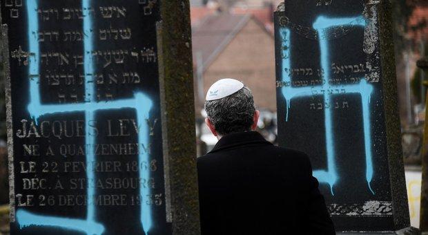 La Francia scende in piazza contro l'antisemitismo