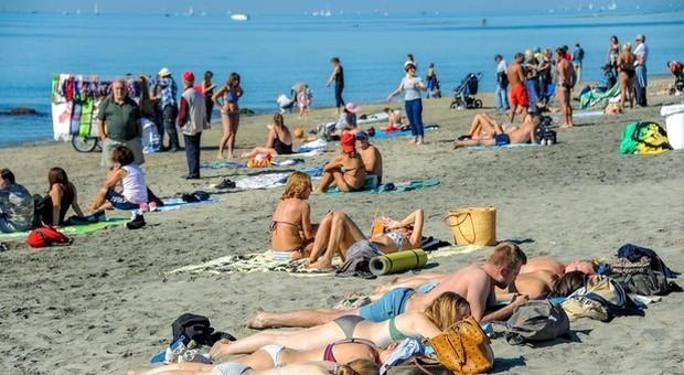 Una spiaggia di Ostia presa d'assalto in questi giorni