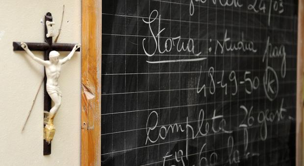 Scuola, il ministro Bussetti: «Sì a crocifisso e presepe nelle aule»