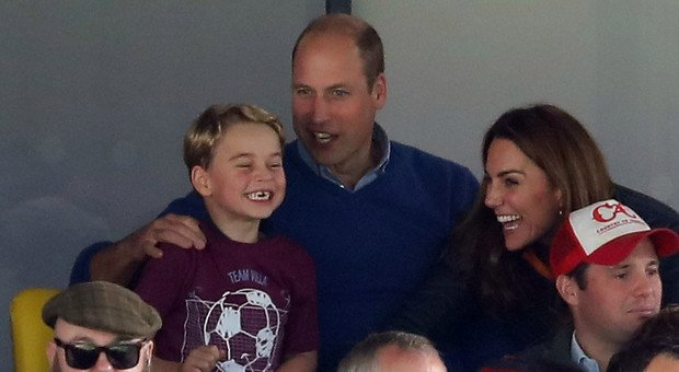 Kate e William portano baby George allo stadio: il tifo scatenato del principino diventa virale