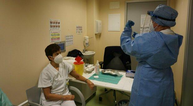 Covid e vaccinazioni, infermieri disertano il bando per 12mila posti: pesano paura del virus e contratti a termine