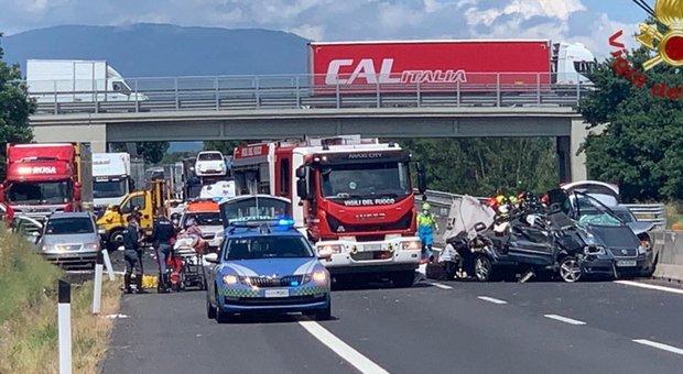 Incidente A1 ad Arezzo tra auto e Tir: 4 morti tra cui neonato e bimba. Riaperta l'autostrada