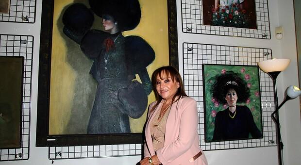 """In foto Adriana Russo davanti al quadro """"Diva"""""""
