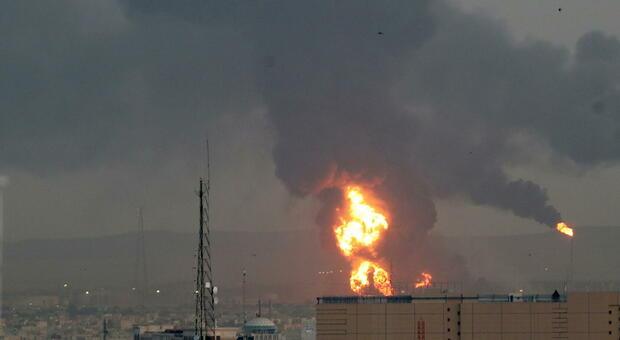 Iran, raffineria in fiamme: secondo incidente in meno di ventiquattro ore, sospetti di sabotaggio e attimi di paura per gli abitanti