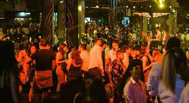 Coronavirus, discoteche affollate e addio mascherina: così si balla nei locali di Roma