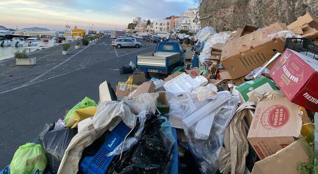 Ponza, primo fine settimana con i turisti: ad accoglierli cumuli di rifiuti