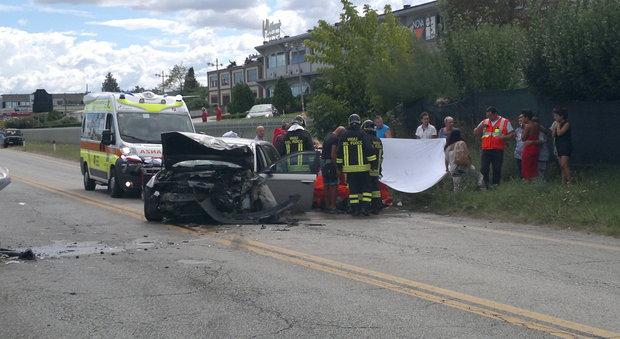 Scontro frontale tra auto: morto un 51enne, tre persone incastrate tra le lamiere -Foto