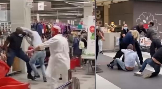 Covid, maxi-rissa nel supermercato a Crema. Botte da orbi dopo il rimprovero: «Mettete la mascherina»
