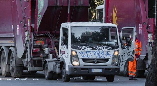Ama, netturbini con il doppio lavoro: «Camion parcheggiati di nascosto»