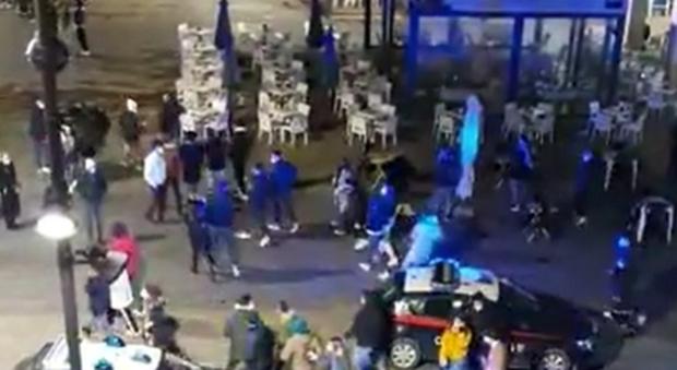 Pescara, maxi rissa in piazza Salotto: scatenata forse dai controlli anti Covid