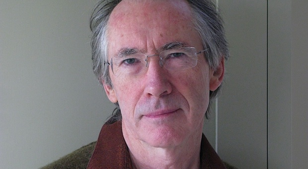 """""""Lo scarafaggio"""" di Ian McEwan, una feroce (ed esilarante) satira contro la Brexit"""