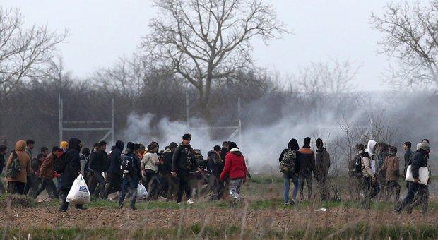 Scontri al confine turco, Ankara: «La polizia greca ha ucciso un migrante». Oltre 135mila cercano di entrare in Europa