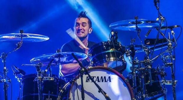 Pete Parada, batterista degli Offspring, non si vaccina. La celebre band pop-punk lo caccia