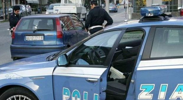 Non riusciva a saldare il debito con una banda di albanesi, spacciatore chiama la polizia: 3 arresti