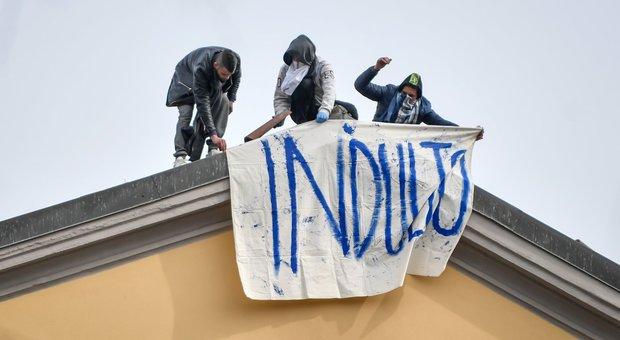 Coronavirus, rivolta a San Vittore a Milano: 15 detenuti sul tetto del carcere, appiccato incendio