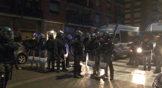 Torino, petardi contro il villaggio dei profughi: tensione nella notte