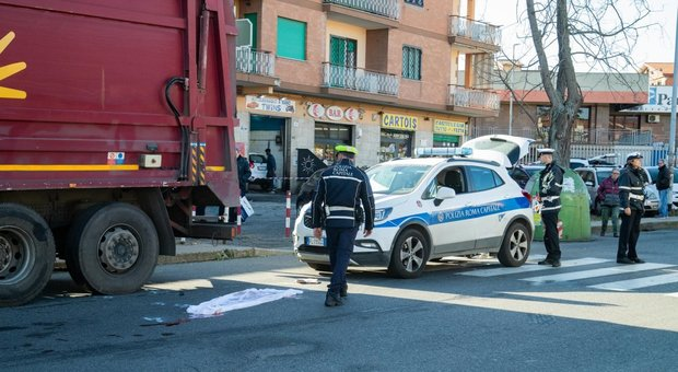 Roma, la tragedia oltre i rifiuti: muore sotto il camion Ama