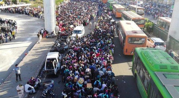 Coronavirus, India in lockdown: esodo biblico dalle città. Il premier Modi: «Perdonatemi»