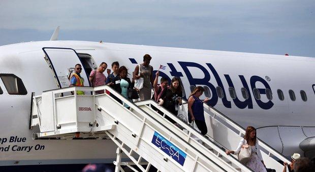 Cuba, dopo 55 anni atterra il primo aereo di linea degli Stati Uniti, festa all'aeroporto di Santa Clara