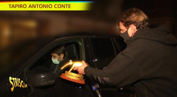 Tapiro di Striscia ad Antonio Conte, ma lui rifiuta e pianta in asso Staffelli