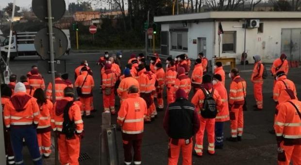 Roma, protesta all'Ama: 5 lavoratori morti di Covid. L'azienda: «Protocolli di sicurezza costantemente applicati»