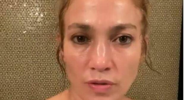 Jennifer Lopez attaccata dagli haters mentre promuove la sua maschera di bellezza: «non prenderci in giro, è botox!»