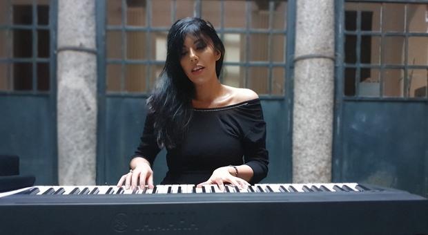 Viola Nocenzi mentre suona al pianoforte