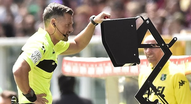 L'arbitro Giacomelli consulta la Var durante una gara di campionato