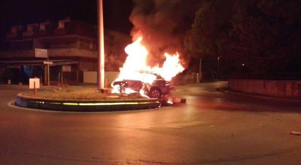 Castelvolturno, incidente sulla Domiziana: auto prende fuoco, guidatore carbonizzato