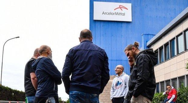 Ex Ilva, l'allarme dei sindacati: «Produzione ai minimi storici e l'azienda sta spegnendo gli impianti»
