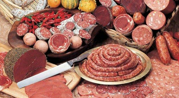 Carne lavorata, mangiarne troppa aumenta il rischio di demenza: lo studio britannico