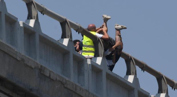 Ragazzo di 27 anni minaccia di lanciarsi dal viadotto Cerrano in A14: chiuso al traffico