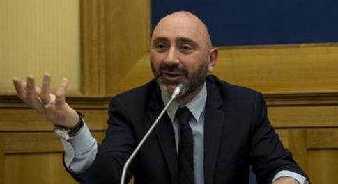 Stefano Lucidi, M5s: «Ho deciso, me ne vado con il Carroccio», poi frena: «Mercato delle vacche? Rido»