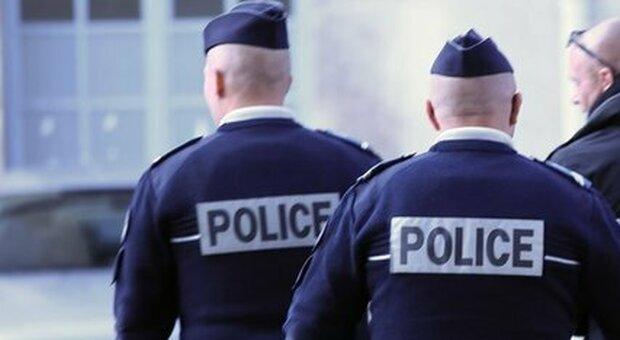 Francia, aggredisce agente col coltello e la polizia gli spara: «Ancora sconosciuti i motivi del gesto»