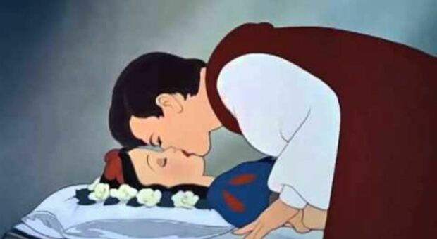 Biancaneve, «Bacio rubato senza consenso, lei dormiva»: bufera di polemiche per Disney