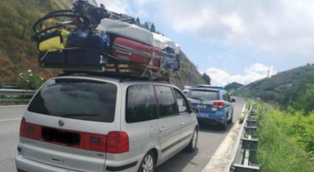 """Viaggiava in autostrada con una """"casa"""" sopra il tetto: fermato dalla polizia, aveva anche la motozappa"""