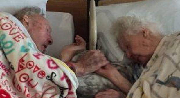 A 100 anni stringe la mano alla moglie di 96 che sta morendo: la foto dei nonni che ha commosso il web