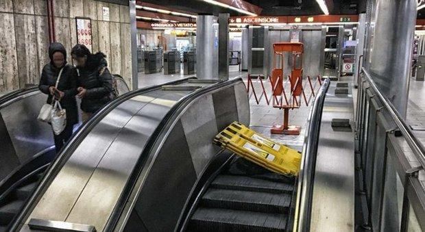 Roma, choc sulla metro A: «La scala mobile ci è crollata davanti»
