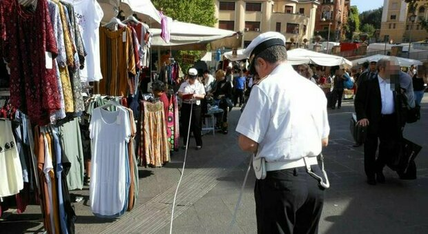 Racket bancarelle a Roma: «Il posto migliore costa 4mila euro al mese». Alcuni pagavano anche 700 euro al giorno