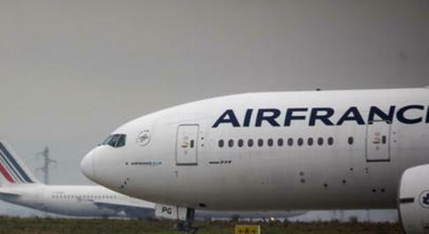 Allarme bomba su un aereo a Parigi: evacuati i passeggeri