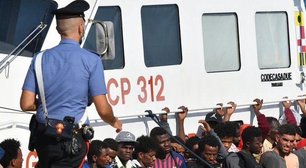 A Lampedusa sbarcano altri 250 migranti, il sindaco a Conte: «L'hotspot sta scoppiando». Musumeci: «Dichiarare emergenza»