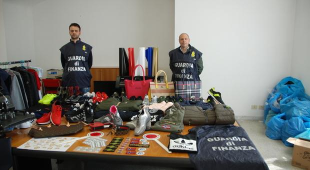 d833708e78 Latina: la Guardia di Finanza sequestra 2.500 capi di abbigliamento e  macchinari per contraffazione