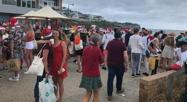 Covid, follia a Sydney: mega party in spiaggia di centinaia di inglesi a Natale. Zero mascherine, nessuno multato