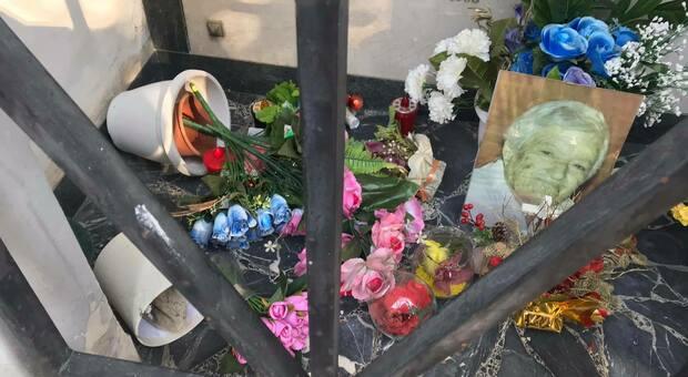 Devastata la tomba della mamma di Cristina Piccioni: «Spero vi si spezzino le mani»