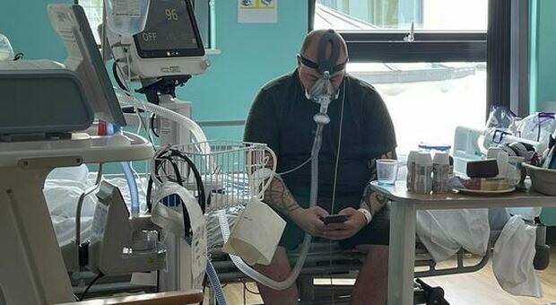 No vax finisce in terapia intensiva, l'infermiera: «Matthew ha accettato di condividere la sua storia, tornando indietro lo farebbe»