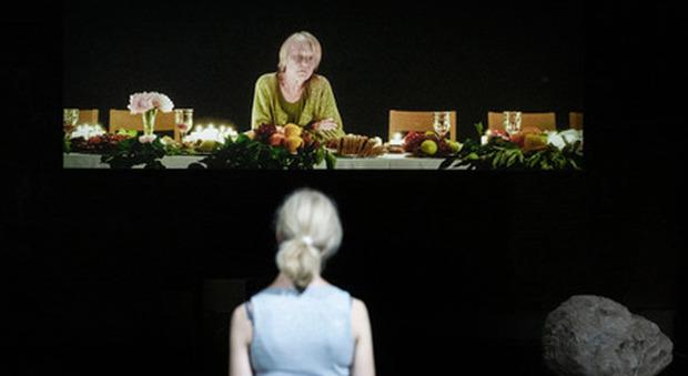 """""""Everywoman"""" di Milo Rau al Teatro Strehler di Milano dal 14 al 16: «La morte di Helga tra solitudine e solidarietà»"""