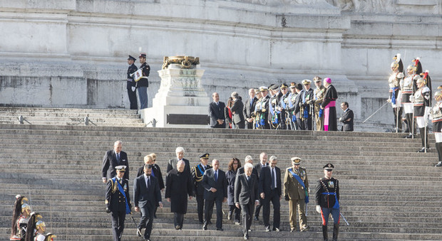 Roma (divisa) celebra il 25 aprile, cortei separati e polemiche: e il sindaco Raggi si fa in due